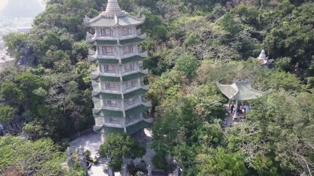 pagode auf einem hügel-antenne - pagode stock-videos und b-roll-filmmaterial