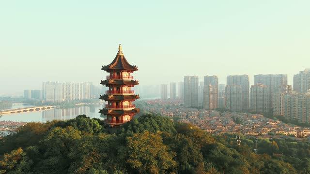 街並みのある山の塔 - 仏塔点の映像素材/bロール