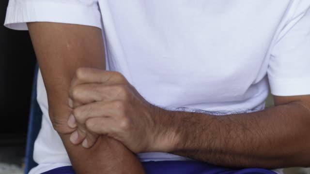 smärta i armbåge, unga män med armvärk, hälso-och sjukvårds koncept - axel led bildbanksvideor och videomaterial från bakom kulisserna