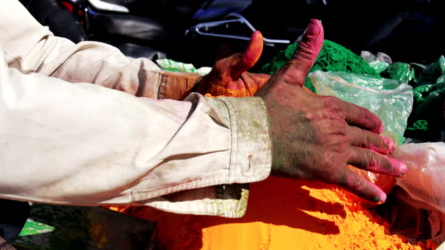 vídeos de stock e filmes b-roll de tinta no festival holi na índia - holi