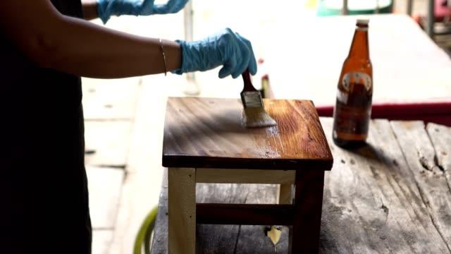 paint polyurethane top wood chair - poliuretano polimero video stock e b–roll