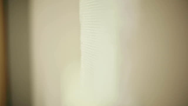vídeos de stock e filmes b-roll de rolo de tinta para a parede. plano aproximado - white wall