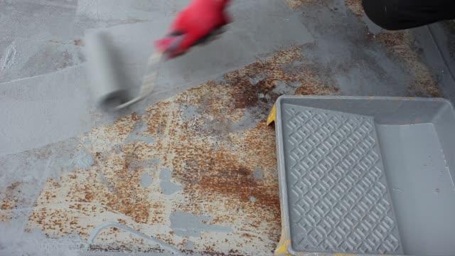 さびた金属をペイントします。錆の上防錆塗料 - 錆びている点の映像素材/bロール