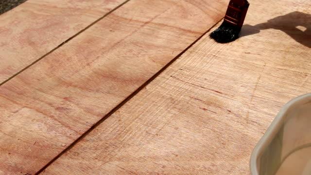 paint urethane on wood - poliuretano polimero video stock e b–roll