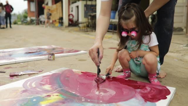 vídeos de stock, filmes e b-roll de pintar com o pai - arte e artesanato assunto