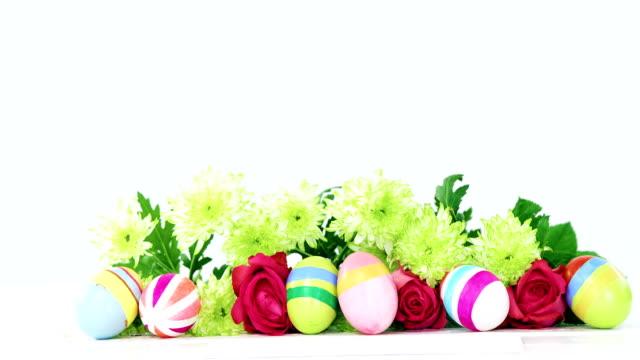 vídeos de stock, filmes e b-roll de ovos de páscoa pintados, bando de flor e envelope em fundo de madeira - 20 24 anos