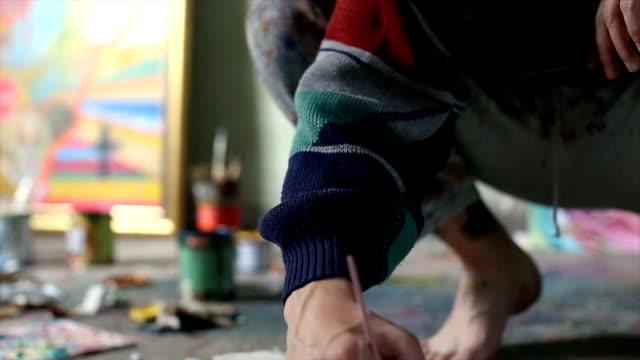 vídeos de stock e filmes b-roll de painter working alone - manual