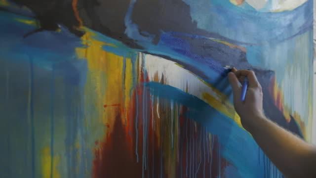 målare som arbetar i sin ateljé - bild bildbanksvideor och videomaterial från bakom kulisserna