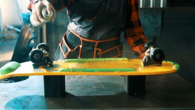 vídeos de stock e filmes b-roll de painting a skateboard 4k - manual