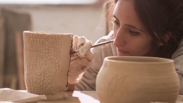 vídeos de stock e filmes b-roll de painting and ceramic - manual
