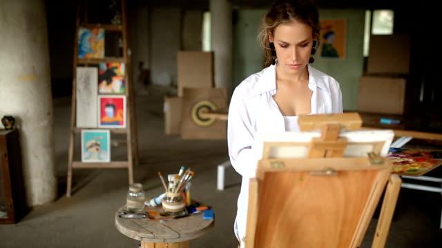 vidéos et rushes de peinture et dessin dans le studio d'art - toile à peindre
