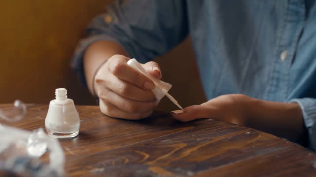 diy: måla naglarna - nagellack bildbanksvideor och videomaterial från bakom kulisserna