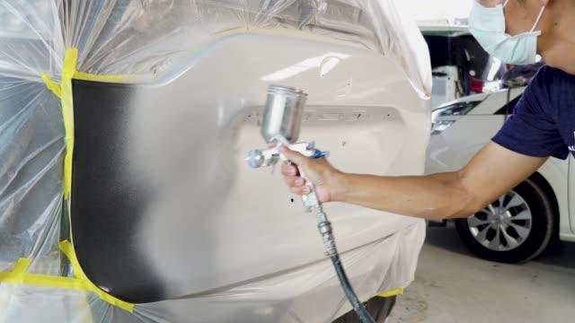 vídeos de stock, filmes e b-roll de peças do veículo da pintura na oficina do serviço do carro - servidores