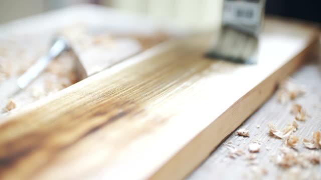 vídeos de stock e filmes b-roll de painting wood with a brush - mesa mobília