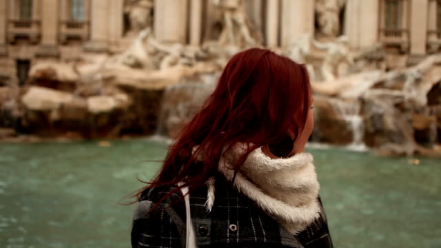 Pair in Trevi fountain video