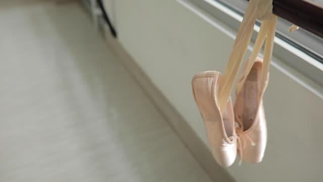 paar ballerinas - ballettschuh stock-videos und b-roll-filmmaterial