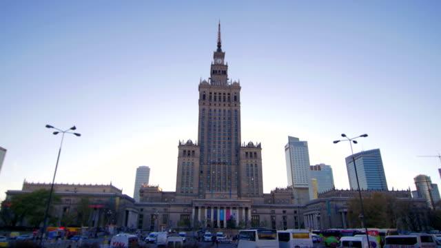 vídeos y material grabado en eventos de stock de palacio de cultura y ciencia pan en varsovia - memorial day