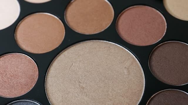 メイクアップ化粧品アイシャドウのパレット - アイシャドウ点の映像素材/bロール