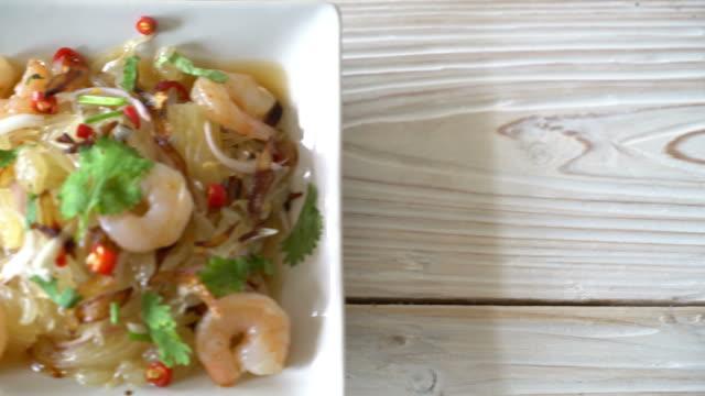 stockvideo's en b-roll-footage met pamelo kruidige salade met garnalen of garnaal - {{asset.href}}