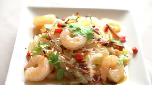 stockvideo's en b-roll-footage met pamelo kruidige salade met garnaal - {{asset.href}}