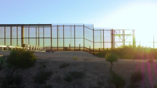 vidéos et rushes de pan à travers une barrière empêchant l'immigration illégale entre les deux pays - 4k - démocratie