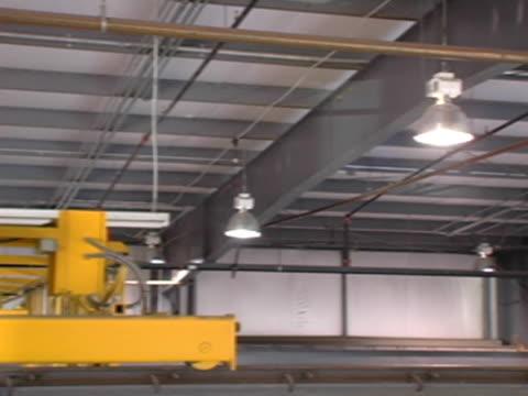 pan across factory rafters - 建築物特徵 個影片檔及 b 捲影像