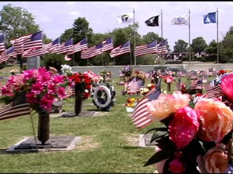 панорамирование через флаги на кладбище - memorial day стоковые видео и кадры b-roll