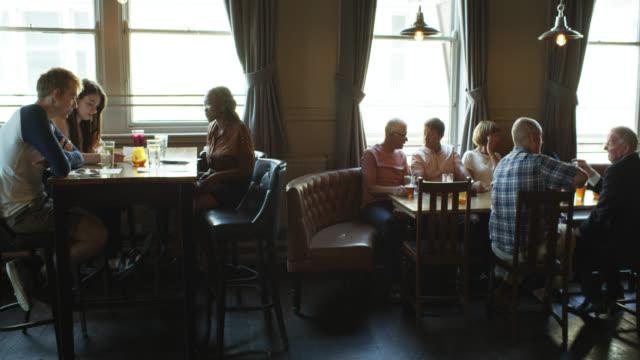 Pan Across Tables dans Le pub bondé - Vidéo
