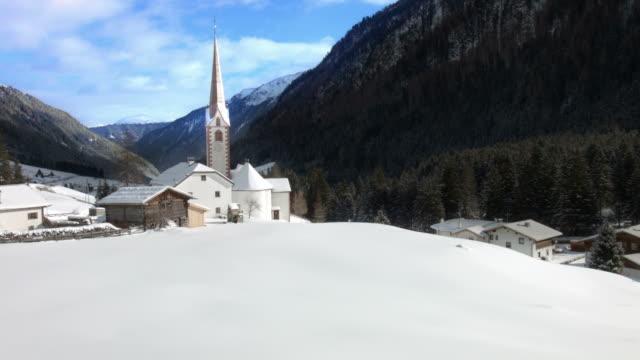 vídeos de stock, filmes e b-roll de movimento horizontal e vertical acima: st sigismund im sellrain, tirol, na áustria, no inverno - tyrol state austria