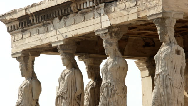 pan erechthion caryatids at the acropolis in athens, greece - скульптура стоковые видео и кадры b-roll