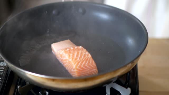 padella padella filetto di salmone - abbrustolito video stock e b–roll