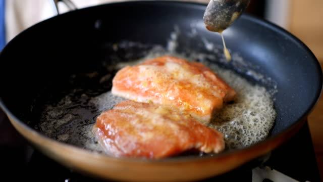 pan frying salmon fillet video