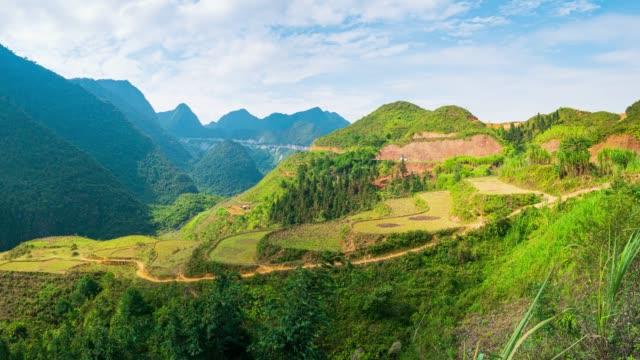 pan: ha giang karst geopark berglandschaft in nordvietnam. kurvenreiche straße in atemberaubender landschaft. ha giang motorrad-schleife, berühmte reiseziel biker leicht fahrer. - hochplateau stock-videos und b-roll-filmmaterial