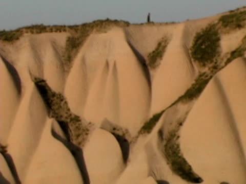 pan of gorme cappadocia turkey landscape - anatolien bildbanksvideor och videomaterial från bakom kulisserna