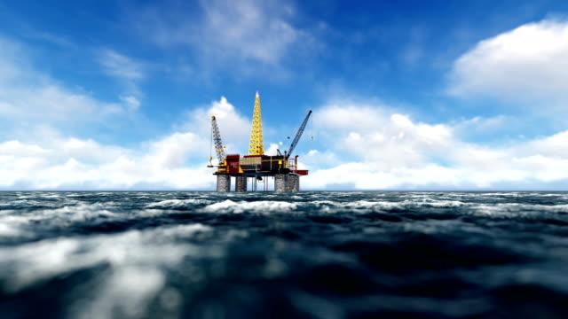 pan güneşli bir denizde petrol teçhizat - kule stok videoları ve detay görüntü çekimi