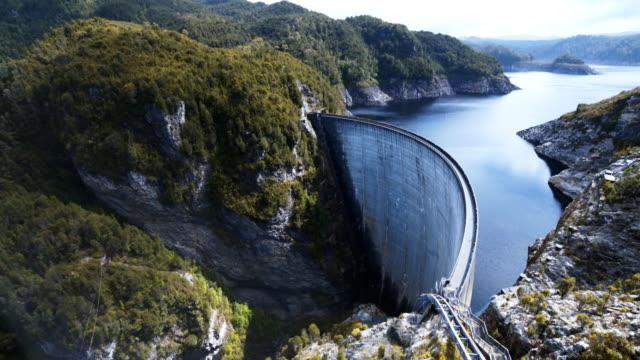 topf mit strathgordon dam in tasmanien - staudamm stock-videos und b-roll-filmmaterial