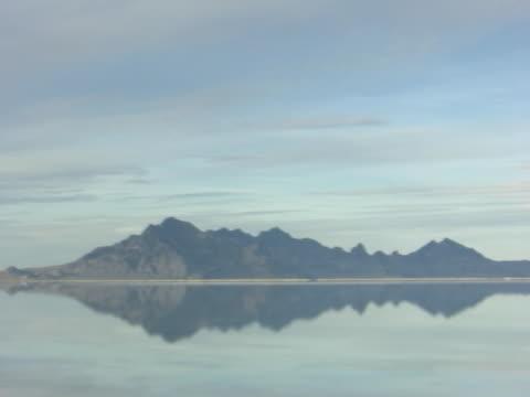 stockvideo's en b-roll-footage met pan of the salt flats in utah with water - natuurgrond