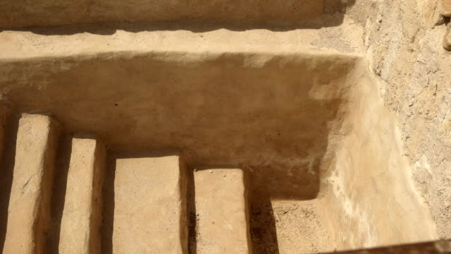 pfanne der schritte, um ein rituelles bad in qumran, israel - schriftrolle stock-videos und b-roll-filmmaterial