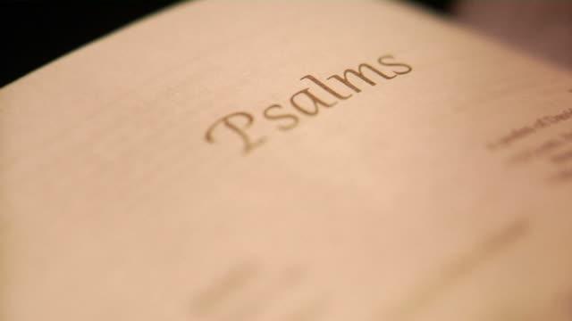 панорамирование на книге псалмы в библия - ветхий завет стоковые видео и кадры b-roll