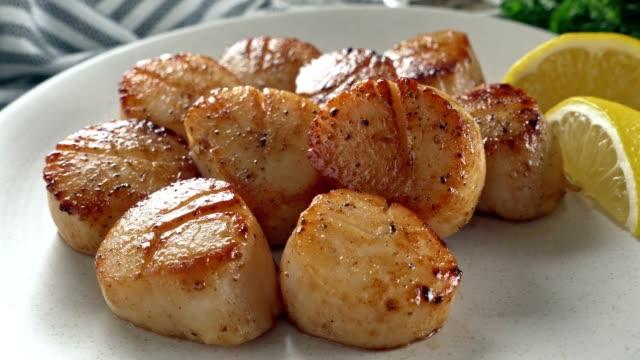 pan gesuchte scallops mit zitrone - fische und meeresfrüchte stock-videos und b-roll-filmmaterial