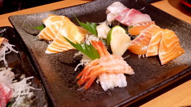 Schwenken Sie Schuss von leckeren Teller mit rohen Stück Lachs und Thunfisch Sashimi im japanischen restaurant – Video