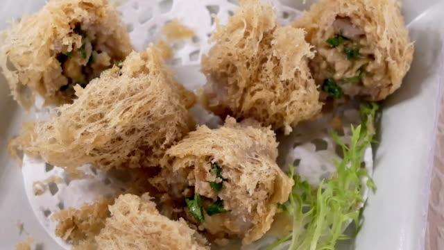 Pan Schuss von Dim Sum auf dem Tisch in chinesischen Restaurant – Video