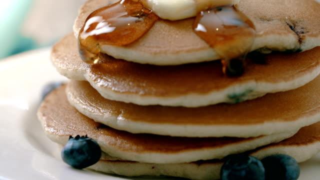 pancakes macro maple syrup pour - gotowy do jedzenia filmów i materiałów b-roll