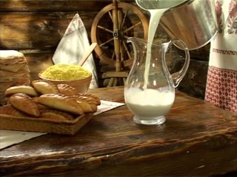 pfannkuchen, hirse gruel, pastys - milchkrug stock-videos und b-roll-filmmaterial