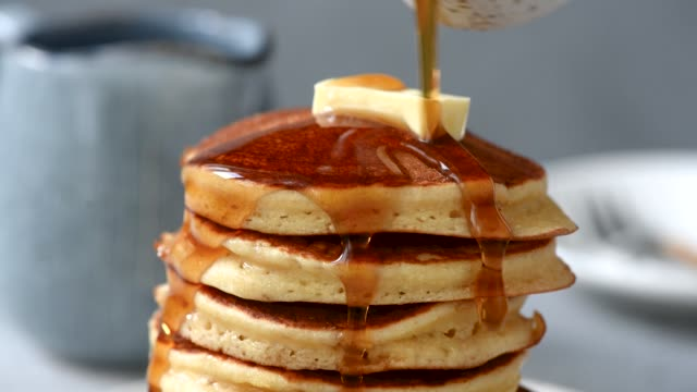 pancakes with butter and maple syrup - сироп стоковые видео и кадры b-roll