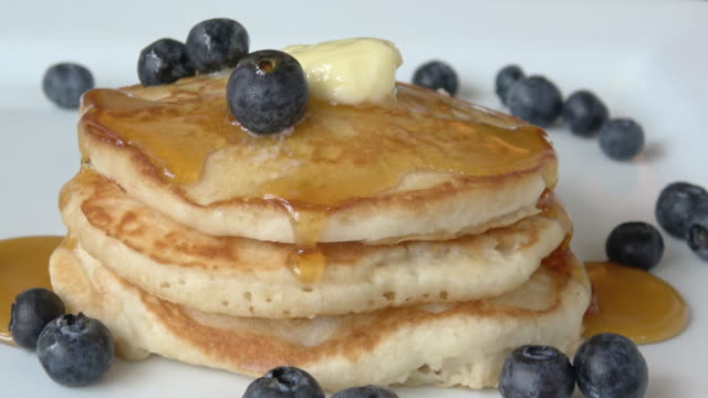 pancakes with maple syrup and blueberries - pancake video stock e b–roll