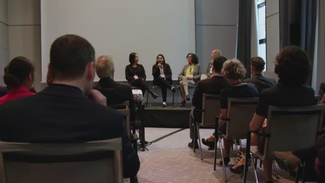 panel av kvinnliga experter som förklarar under seminariet - affärskonferens bildbanksvideor och videomaterial från bakom kulisserna