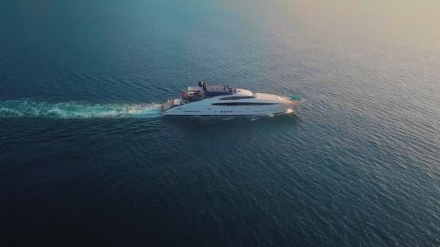vídeos y material grabado en eventos de stock de una vista de filtrado de un yate de vela en la costa de amalfi - yacht