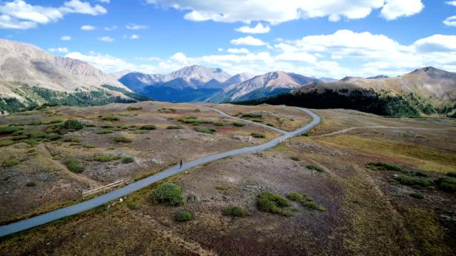 vídeos de stock, filmes e b-roll de garimpando em majestosos picos de montanhas rochosas em alta alittude independência pass - independence pass