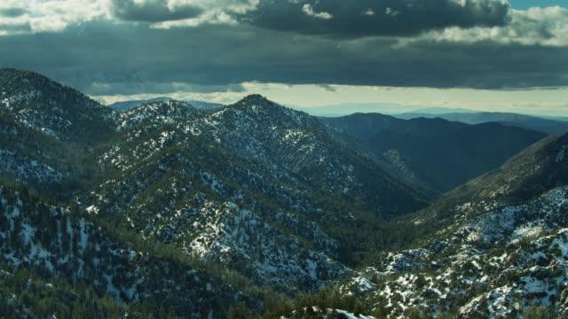 Panning Aerial Shot of Snowy Landscape dans les montagnes de San Gabriel - Vidéo
